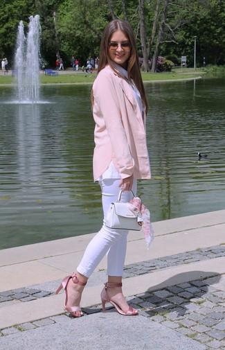 Как и с чем носить: розовый пиджак, белая классическая рубашка, белые джинсы скинни, розовые сатиновые босоножки на каблуке