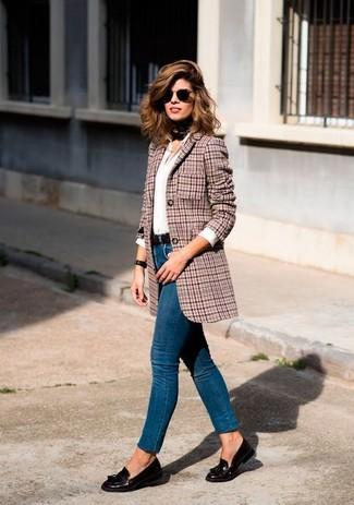 """Как и с чем носить: красный шерстяной пиджак с рисунком """"гусиные лапки"""", белая классическая рубашка, синие джинсы скинни, темно-коричневые кожаные лоферы с кисточками"""