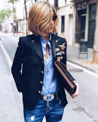 Как и с чем носить: черный пиджак, голубая классическая рубашка, синие рваные джинсы скинни, темно-коричневый кожаный клатч