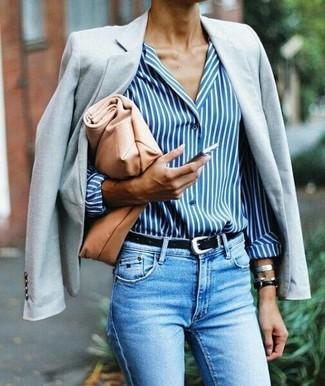 Как и с чем носить: серый пиджак, бело-синяя классическая рубашка в вертикальную полоску, голубые джинсы скинни, светло-коричневый кожаный клатч