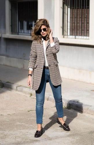 Как и с чем носить: коричневый пиджак в шотландскую клетку, белая классическая рубашка, синие джинсы скинни, темно-коричневые кожаные лоферы с кисточками