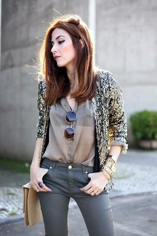 Женские луки: Золотой пиджак с пайетками выглядит отлично в тандеме с темно-серыми джинсами скинни.