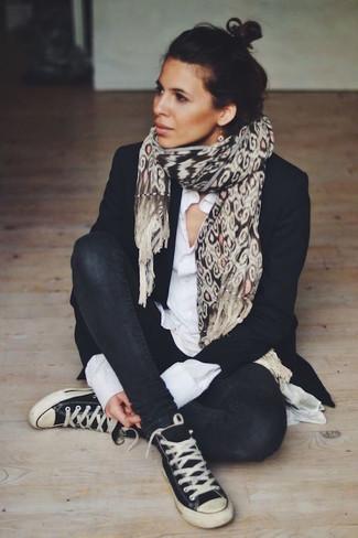 Как и с чем носить: черный пиджак, белая классическая рубашка, черные джинсы скинни, черно-белые высокие кеды из плотной ткани