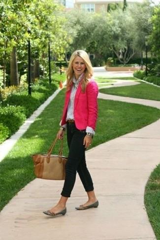 Как и с чем носить: ярко-розовый пиджак, белая классическая рубашка, черные джинсы скинни, темно-серые кожаные лоферы