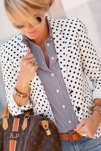 Как и с чем носить: бело-черный пиджак в горошек, черно-белая классическая рубашка в вертикальную полоску, голубые джинсы скинни, темно-коричневая кожаная спортивная сумка с принтом