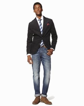 Как и с чем носить: темно-серый хлопковый пиджак, белая классическая рубашка, синие джинсы, светло-коричневые замшевые ботинки дезерты