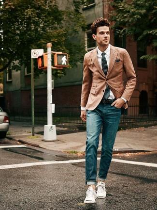Если не знаешь, в чем пойти на свидание, коричневый шерстяной пиджак и темно-синие джинсы — великолепный вариант. Если ты не боишься экспериментировать, на ноги можоно надеть белые низкие кроссовки.