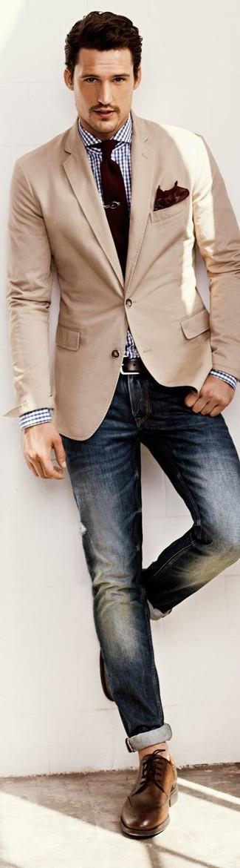 Комбо из бежевого пиджака и темно-синих джинсов легко вписывается в разные дресс-коды. Очень органично здесь будут смотреться коричневые кожаные броги.