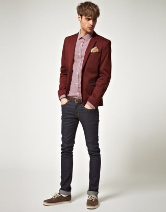 Как и с чем носить: темно-красный пиджак, красная классическая рубашка в мелкую клетку, черные джинсы, темно-коричневые низкие кеды