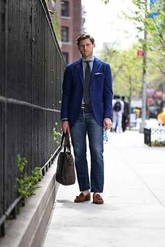 Приверженцам стиля business casual должно понравиться сочетание темно-синего пиджака и темно-синих джинсов. Коричневые замшевые лоферы с кисточками добавят образу эффектности.