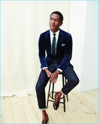 Как и с чем носить: темно-синий бархатный пиджак, белая классическая рубашка, темно-синие джинсы, темно-коричневые кожаные лоферы с кисточками