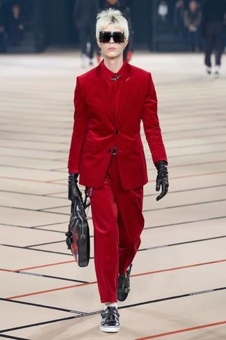 Модный лук: красный вельветовый пиджак, красная классическая рубашка, красные вельветовые джинсы, черные кожаные низкие кеды