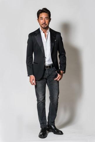 Как и с чем носить: черный сатиновый пиджак, белая классическая рубашка, темно-серые джинсы, черные кожаные ботинки челси