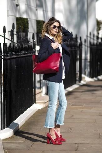 Как и с чем носить: темно-синий пиджак, белая классическая рубашка, голубые джинсы, красные замшевые туфли