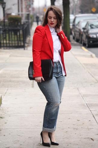 Как и с чем носить: красный пиджак, белая классическая рубашка, серые рваные джинсы, черные кожаные туфли