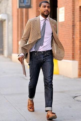 Бежевый пиджак в мелкую клетку: с чем носить и как сочетать мужчине: Лук из бежевого пиджака в мелкую клетку и черных джинсов поможет реализовать в твоем луке городской стиль современного мужчины. Любители свежих идей могут дополнить образ табачными кожаными лоферами с кисточками, тем самым добавив в него немного изысканности.