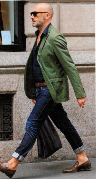 Как и с чем носить: зеленый пиджак, темно-синяя классическая рубашка, темно-синие джинсы, коричневые кожаные лоферы