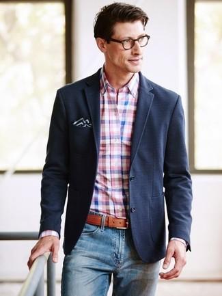 Как и с чем носить: черный пиджак, розовая классическая рубашка в мелкую клетку, синие джинсы, черно-белый нагрудный платок