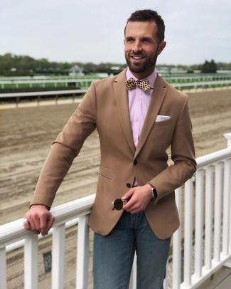 Как и с чем носить: коричневый пиджак, розовая классическая рубашка, темно-синие джинсы, желтый шелковый галстук-бабочка в горошек
