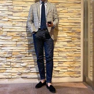 Бежевый пиджак в мелкую клетку: с чем носить и как сочетать мужчине: Бежевый пиджак в мелкую клетку и темно-синие джинсы будут отлично смотреться в стильном гардеробе самых избирательных парней. Любители экспериментировать могут дополнить лук черными замшевыми лоферами с кисточками, тем самым добавив в него чуточку изысканности.