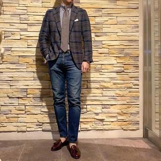 Темно-коричневый пиджак в шотландскую клетку: с чем носить и как сочетать мужчине: Темно-коричневый пиджак в шотландскую клетку и темно-синие джинсы — великолепный вариант для несложного, но модного мужского лука. Этот лук получает новое прочтение в паре с темно-красными кожаными лоферами с кисточками.