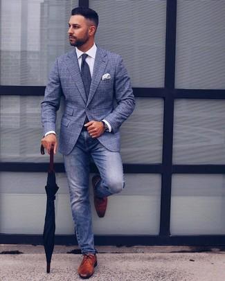Как и с чем носить: синий пиджак в шотландскую клетку, белая классическая рубашка, синие джинсы, коричневые кожаные туфли дерби