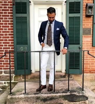 Как и с чем носить: темно-синий пиджак, голубая классическая рубашка, белые джинсы, темно-коричневые кожаные оксфорды