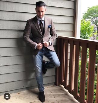 Как и с чем носить: темно-коричневый пиджак в шотландскую клетку, белая классическая рубашка, синие джинсы, темно-коричневые замшевые лоферы