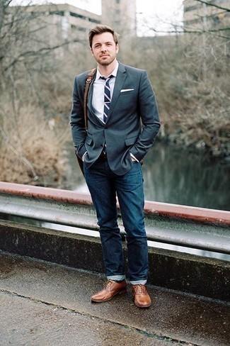Темно-синий галстук в горизонтальную полоску: с чем носить и как сочетать мужчине: Несмотря на то, что это достаточно сдержанный ансамбль, образ из темно-зеленого пиджака и темно-синего галстука в горизонтальную полоску всегда будет по душе джентльменам, покоряя при этом сердца девушек. Что же до обуви, коричневые кожаные оксфорды — наиболее уместный вариант.