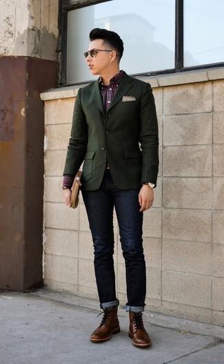 Коричневый кожаный мужской клатч: с чем носить и как сочетать мужчине: Такое простое и практичное сочетание базовых вещей, как темно-зеленый пиджак и коричневый кожаный мужской клатч, нравится джентльменам, которые любят проводить дни в постоянном движении. Хочешь привнести сюда толику строгости? Тогда в качестве дополнения к этому ансамблю, стоит обратить внимание на коричневые кожаные ботинки броги.