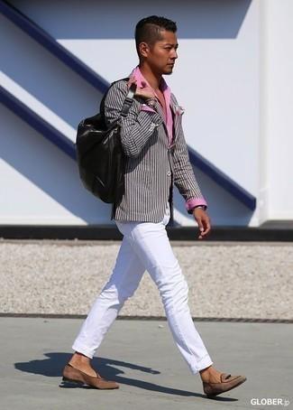Черный кожаный рюкзак: с чем носить и как сочетать мужчине: Если в одежде ты делаешь ставку на удобство и функциональность, серый пиджак в вертикальную полоску и черный кожаный рюкзак — хороший выбор для модного повседневного мужского ансамбля. Почему бы не добавить в повседневный ансамбль чуточку консерватизма с помощью коричневых замшевых лоферов?