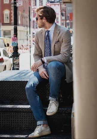 Белые кожаные низкие кеды: с чем носить и как сочетать мужчине: Светло-коричневый пиджак и синие джинсы помогут создать гармоничный модный лук. Любишь дерзкие сочетания? Можешь закончить свой ансамбль белыми кожаными низкими кедами.