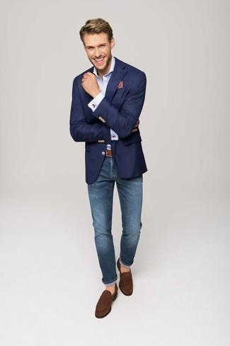 Голубая классическая рубашка: с чем носить и как сочетать мужчине: Голубая классическая рубашка в паре с синими джинсами однозначно будет обращать на себя внимание прекрасных девушек. Думаешь сделать образ немного элегантнее? Тогда в качестве обуви к этому ансамблю, выбирай коричневые замшевые лоферы.