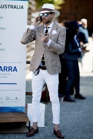 Белые джинсы: с чем носить и как сочетать мужчине: Согласись, сочетание серого пиджака и белых джинсов смотрится очень выгодно? Закончив образ коричневыми кожаными лоферами с кисточками, можно привнести в него нотки строгой классики.