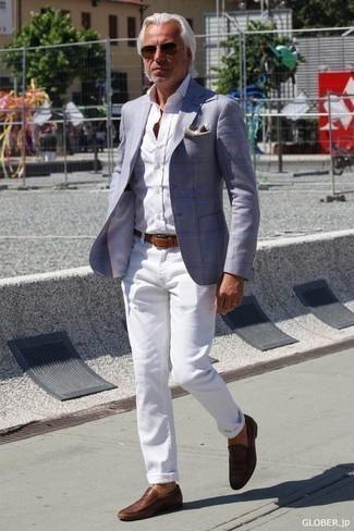 Белые джинсы: с чем носить и как сочетать мужчине: Образ из голубого пиджака в шотландскую клетку и белых джинсов — замечательный пример современного городского стиля. Боишься выглядеть несерьезно? Закончи этот ансамбль коричневыми кожаными лоферами.