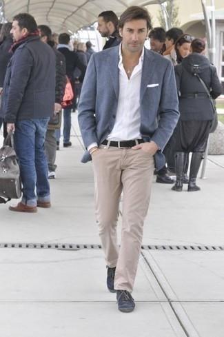 Модные мужские луки 2020 фото: Если ты из той когорты молодых людей, которые любят выглядеть модно, тебе подойдет лук из синего пиджака и бежевых джинсов. Любишь незаурядные решения? Заверши свой ансамбль темно-синими низкими кедами из плотной ткани.