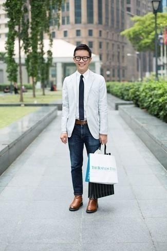 Коричневые кожаные ботинки челси: с чем носить и как сочетать мужчине: Белый пиджак и темно-синие джинсы — обязательные вещи в гардеробе мужчин с превосходным чувством стиля. Любишь необычные идеи? Дополни лук коричневыми кожаными ботинками челси.