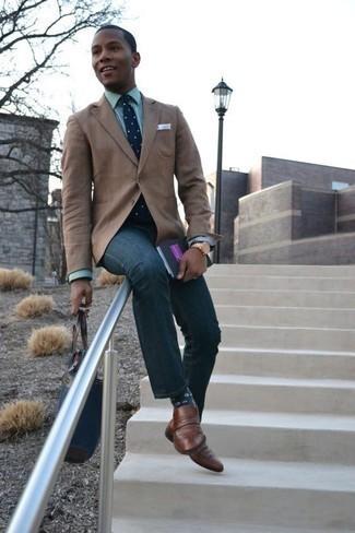 Темно-сине-белый галстук в горошек: с чем носить и как сочетать мужчине: Несмотря на то, что это достаточно выдержанный ансамбль, тандем светло-коричневого пиджака и темно-сине-белого галстука в горошек всегда будет выбором стильных молодых людей, неизбежно пленяя при этом дамские сердца. Коричневые кожаные лоферы отлично дополнят этот ансамбль.