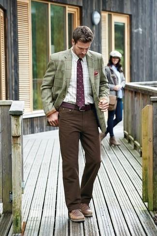 С чем носить темно-пурпурный галстук с принтом мужчине: Оливковый пиджак в клетку и темно-пурпурный галстук с принтом помогут составить изысканный мужской образ. Ты сможешь легко адаптировать такой лук к повседневным делам, надев коричневыми кожаными повседневными ботинками.