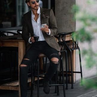 С чем носить темно-синие солнцезащитные очки мужчине: Оливковый пиджак и темно-синие солнцезащитные очки — хорошая формула для создания привлекательного и незамысловатого лука. Не прочь добавить сюда толику изысканности? Тогда в качестве дополнения к этому образу, стоит выбрать черные замшевые ботинки челси.