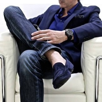 Темно-синий пиджак и темно-синие зауженные джинсы позволят создать нескучный образ для работы в офисе. Если ты не боишься экспериментировать, на ноги можоно надеть темно-синие замшевые мокасины.