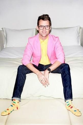 Сочетание розового пиджака и темно-синих зауженных джинсов легко вписывается в разные дресс-коды.