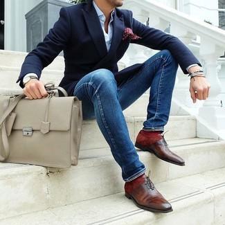 Модный лук: темно-синий пиджак, голубая классическая рубашка, синие зауженные джинсы, коричневые кожаные оксфорды