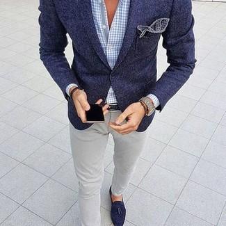 Как и с чем носить: темно-синий шерстяной пиджак, голубая классическая рубашка в мелкую клетку, серые зауженные джинсы, темно-синие замшевые лоферы с кисточками