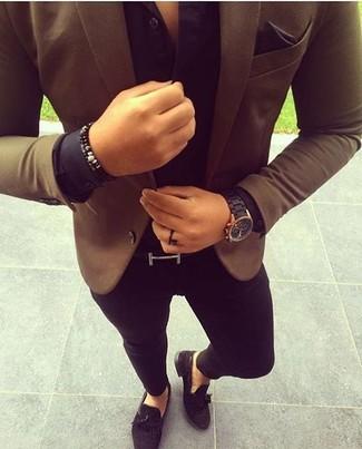 Модный лук: коричневый пиджак, черная классическая рубашка, черные зауженные джинсы, черные замшевые лоферы с кисточками