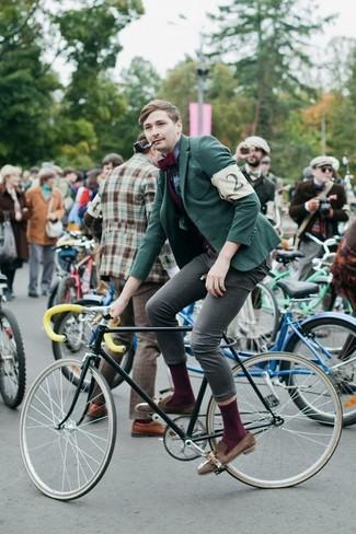 Как и с чем носить: зеленый пиджак, темно-синяя классическая рубашка в шотландскую клетку, серые зауженные джинсы, коричневые замшевые лоферы с кисточками