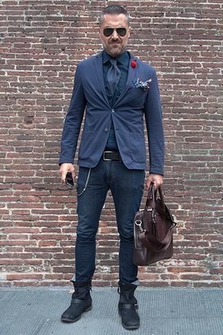 Как и с чем носить: темно-синий хлопковый пиджак, темно-синяя классическая рубашка, темно-синие зауженные джинсы, черные кожаные ботинки челси