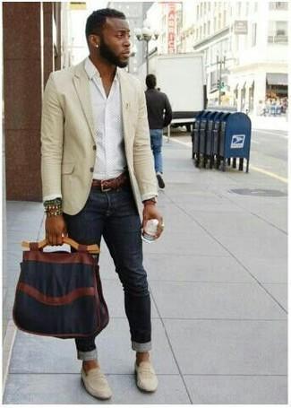 Как и с чем носить: бежевый пиджак, белая классическая рубашка, черные зауженные джинсы, бежевые замшевые лоферы