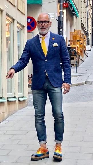 Как и с чем носить: темно-синий пиджак в шотландскую клетку, белая классическая рубашка, темно-синие зауженные джинсы, разноцветные кожаные туфли дерби