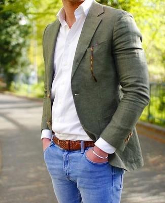 Как и с чем носить: оливковый пиджак, белая классическая рубашка, синие зауженные джинсы, коричневый кожаный плетеный ремень